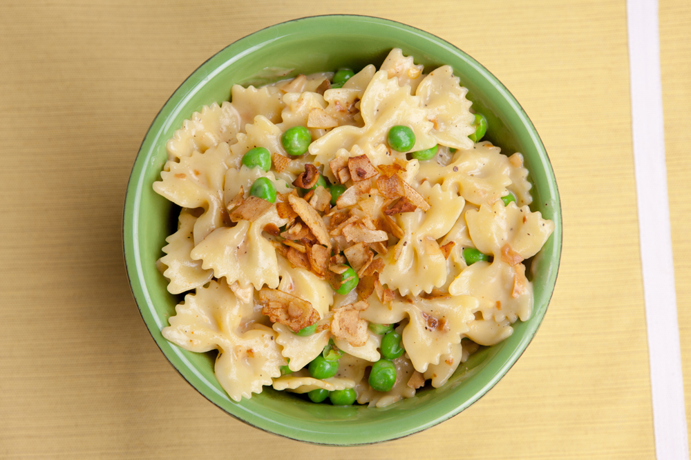Cheesy Pasta with Coconut Bacon | www.thatwasvegan.com