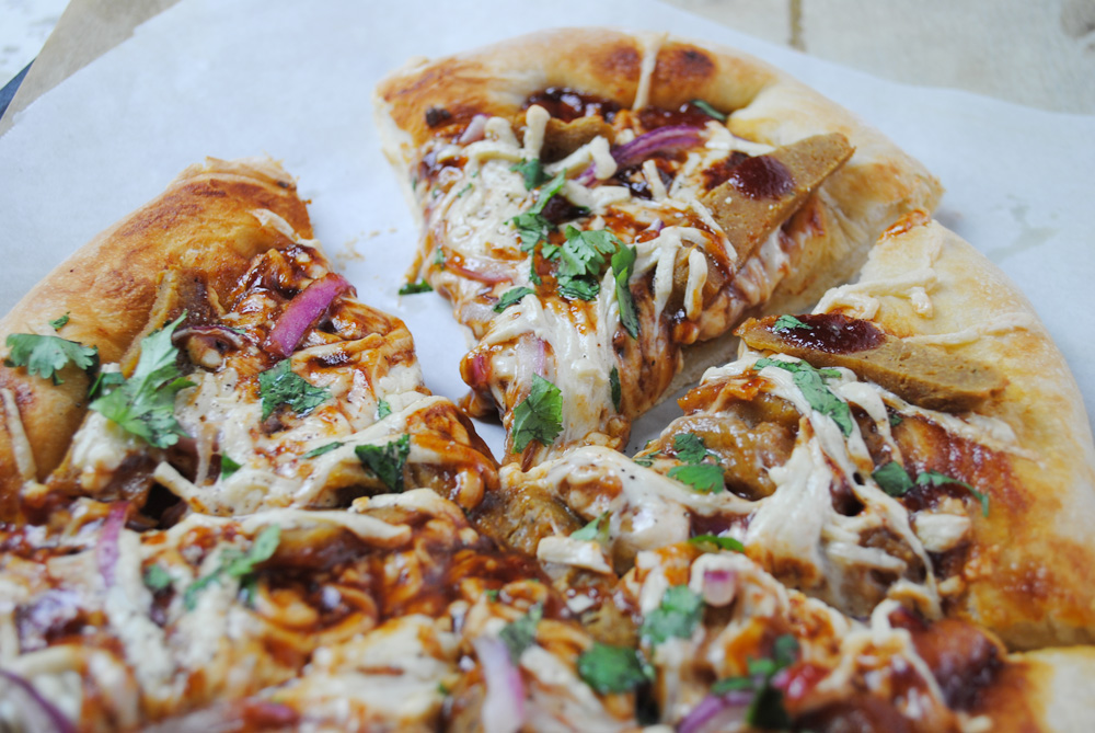 Delicious and easy vegan BBQ Chick'n Pizza from thatwasvegan.com